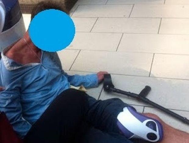 ΔΕΙΤΕ: Πρώην μεγάλος σταρ του ποδοσφαίρου εκλιπαρεί στο πεζοδρόμιο για λίγο αλκοόλ...