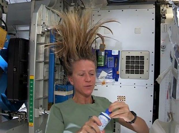 ΑΠΙΣΤΕΥΤΟ! Δες πως λούζονται οι αστροναύτες στο διάστημα (video)