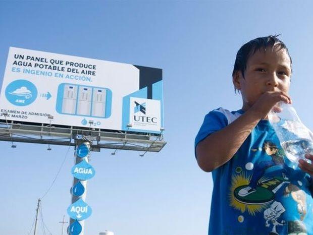 H διαφημιστική πινακίδα που παράγει πόσιμο νερό από τον αέρα (video)