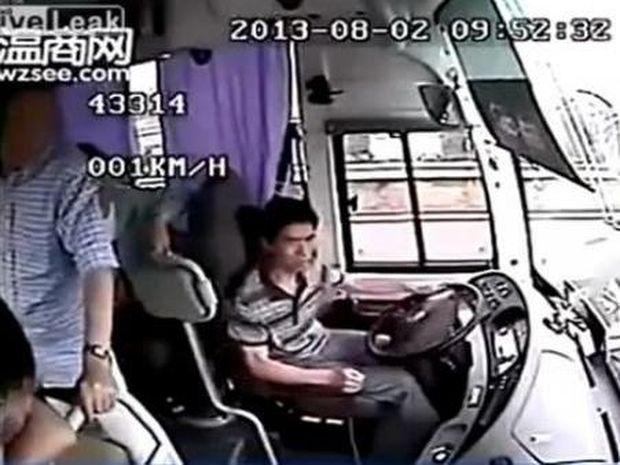Σοκαριστικό: Δείτε τι γίνεται μέσα σε λεωφορείο που συγκρούεται με φορτηγό!