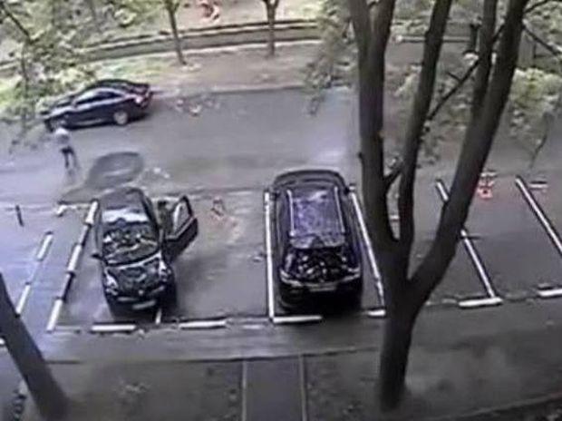 Δεν υπάρχει: Γυναίκα οδηγός προσπαθεί να ξεπαρκάρει! (video)