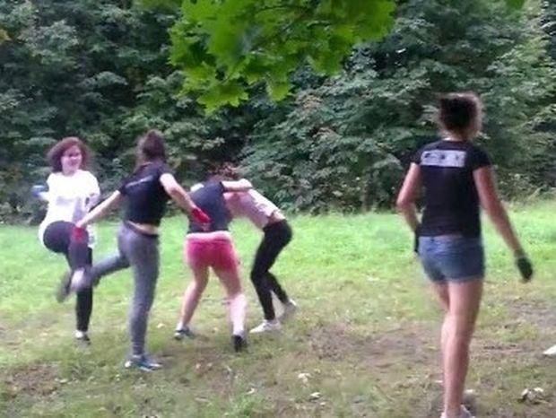Απίστευτο ξύλο μεταξύ κοριτσιών... έδωσαν ραντεβού για να πλακωθούν‼