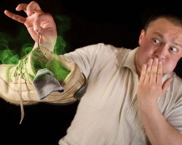 Μυρίζουν τα παπούτσια σας; Δείτε τα κόλπα για να το σταματήσετε…