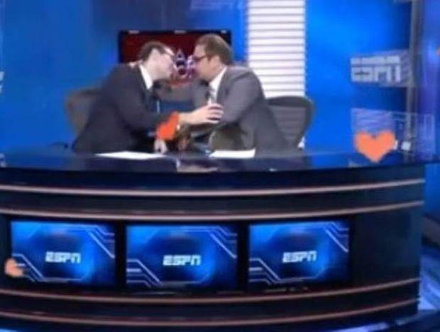 Βραζιλία: Δημοσιογράφοι του ESPN φιλήθηκαν live στο στόμα! (video)
