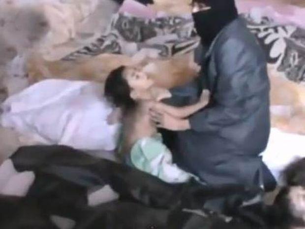 Σπαρακτικό βίντεο: Μητέρα αποχαιρετά το νεκρό παιδί της στη Συρία