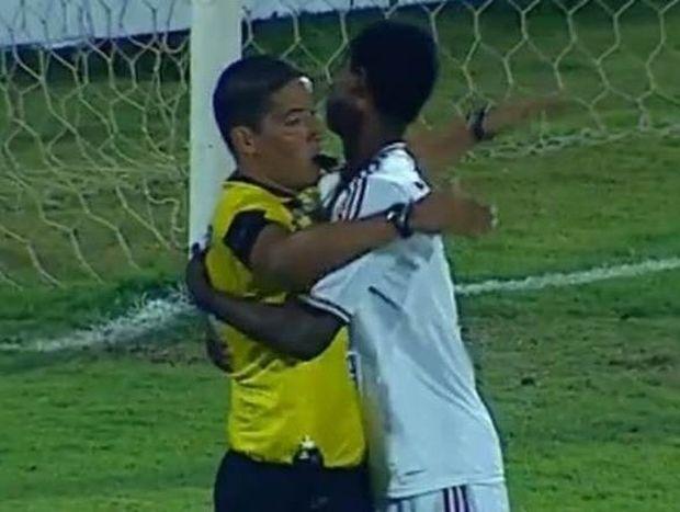 Βραζιλία: Παίκτης σκόραρε και αγκάλιασε τον διαιτητή! (video)