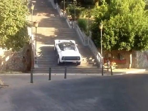 VIDEO: Ανέβηκε πανεύκολα 193 σκαλιά με αυτοκίνητο!