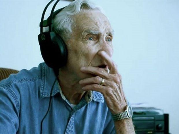 96χρονος έγραψε τραγούδι για την επί 73 χρόνια σύζυγο του που έχασε πρόσφατα [Video]