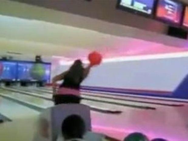 Τι γίνεται όταν η ξανθιά πάει για bowling; [Video]