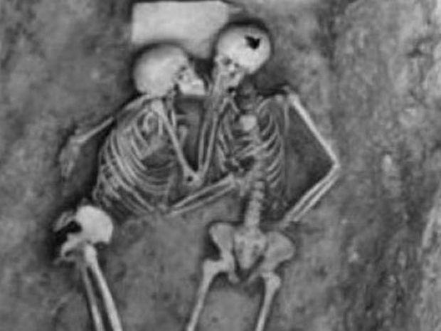 Απίστευτο: Σκελετοί 6.000 χρόνων βρέθηκαν αγκαλιασμένοι να φιλιούνται