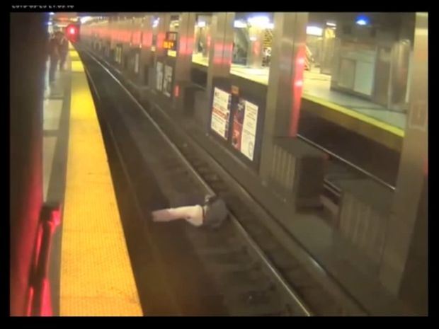VIDEO ΣΟΚ: Άντρας πέφτει αναίσθητος στις ράγες του τρένου