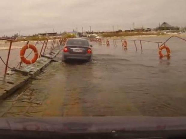 Όταν μια πλωτή γέφυρα δεν αντέχει το βάρος των οχημάτων (vid)