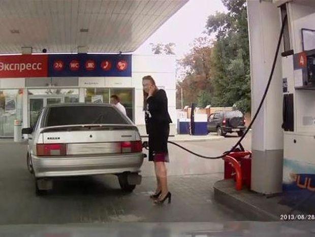 VIDEO: Mια ξανθιά στο βενζινάδικο