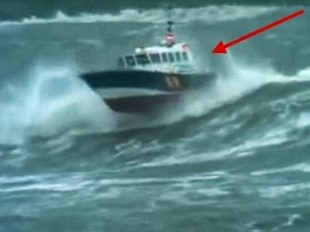 ΣΥΓΚΛΟΝΙΣΤΙΚΟ VIDEO: Κύματα 10 μέτρων σκεπάζουν σκάφος στη θάλασσα!