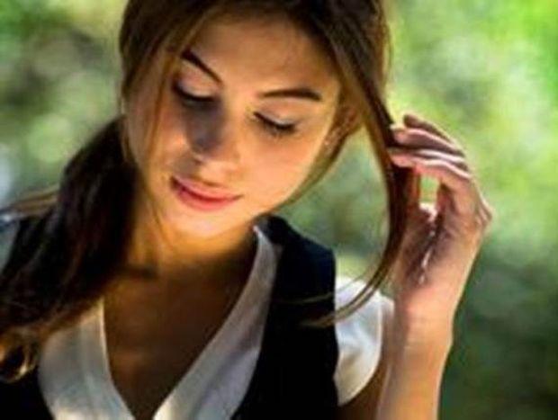 Οι 7 κινήσεις που κάνουν οι γυναίκες όταν μας γουστάρουν!