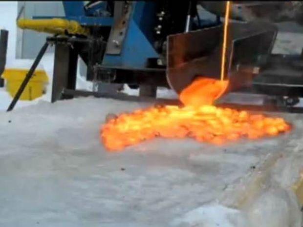 Λάβα + πάγος = εντυπωσιακό αποτέλεσμα (vid)