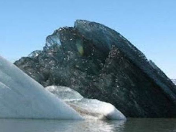 Η φωτογραφία από το μαύρο παγόβουνο που σαρώνει το διαδίκτυο
