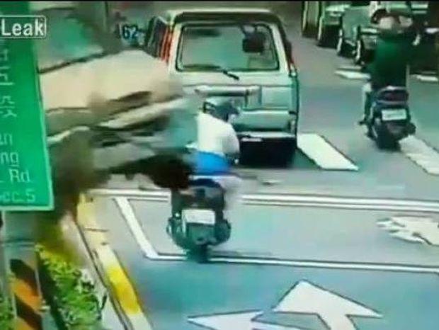 Δείτε πώς γλίτωσε ο μοτοσικλετιστής από σίγουρο θάνατο (vid)