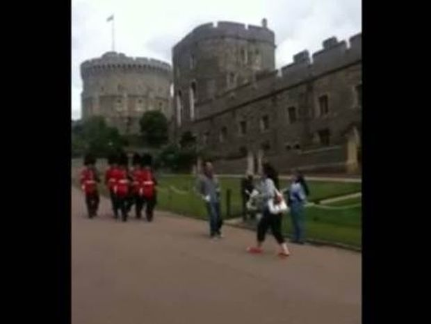 Δείτε τι έγινε όταν έκλεισε το δρόμο στη βασιλική φρουρά!
