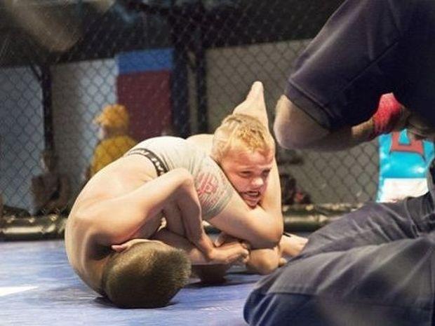Πάλη παιδιών μέσα σε κλουβιά! Οι φωτογραφίες που συγκλονίζουν!