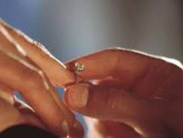 Δείτε που... έκρυψε το δαχτυλίδι όταν της ζήτησε να τον παντρευτεί