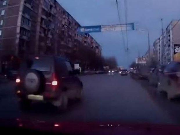Άνοιξε ο δρόμος στα δύο την ώρα που οδηγούσε! (video)