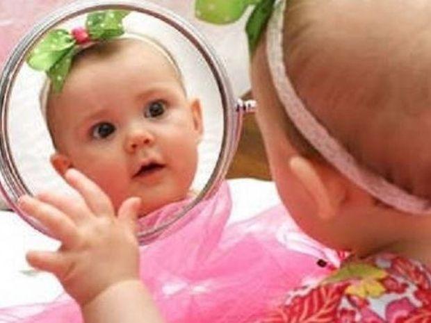 Η απίστευτη αντίδραση ενός μωρού όταν κοιτάει τον εαυτό του στον καθρέφτη! (βίντεο)