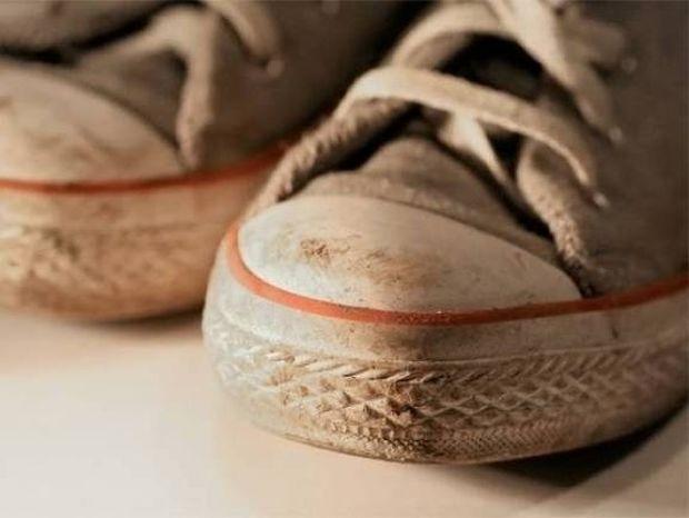 Μερικά κόλπα για να μην μυρίζουν άσχημα τα παπούτσια σας