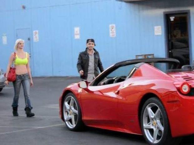 Θέλεις γυναίκα; Με μία Ferrari έχεις όποια θες... (video)