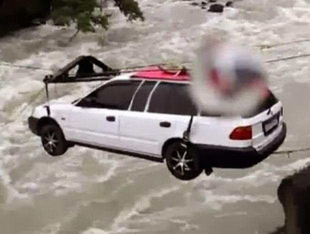 VIDEO: Δείτε πώς περνάνε από ποτάμι τα αυτοκίνητα στην Σιβήρια