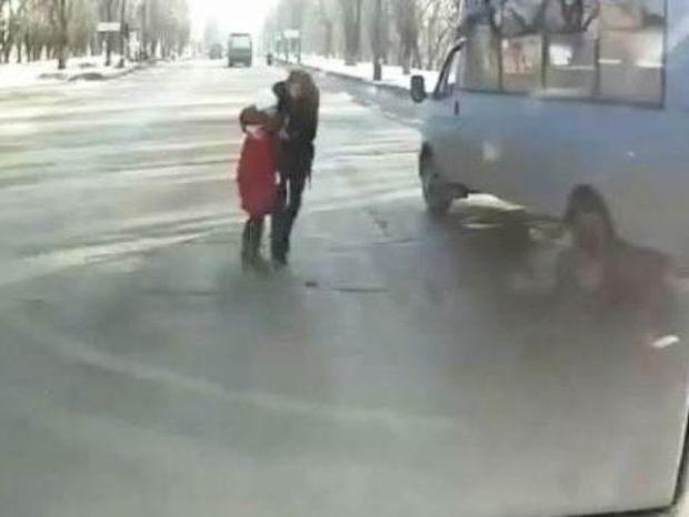 Σοκαριστικό βίντεο: Μάνα και κόρη γλύτωσαν από θαύμα