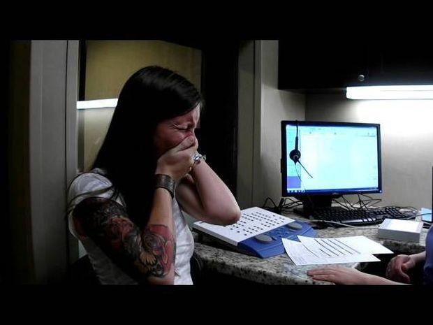 ΣΥΓΚΛΟΝΙΣΤΙΚΟ VIDEO: Η στιγμή που η Σάρα ακούει για πρώτη φορά τη φωνή της
