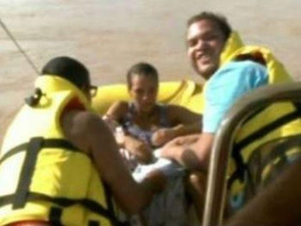 ΑΠΙΣΤΕΥΤΟ VIDEO: Γυναίκα γεννάει μέσα σε βάρκα διάσωσης