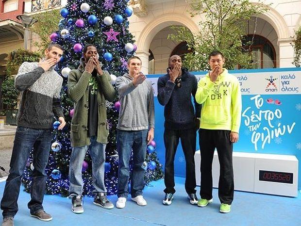 Τρίποντα φιλιών από τους παίκτες της ομάδας μπάσκετ του Παναθηναϊκού