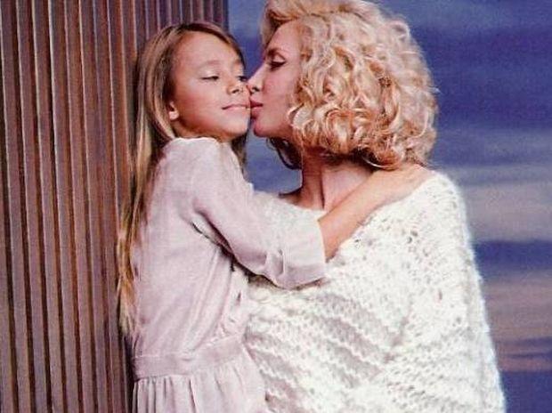 Η Πάολα τραγουδά και η κόρη της χορεύει τσιφτετέλι!