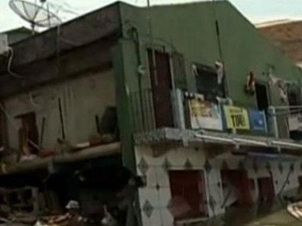 ΣΥΓΚΛΟΝΙΣΤΙΚΟ VIDEO: Δρόμος ανοίγει στα δύο και καταπίνει μια ολόκληρη γειτονιά