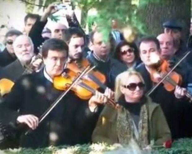 «Έκλαψαν» τα βιολιά στην κηδεία του Κόρου (video)