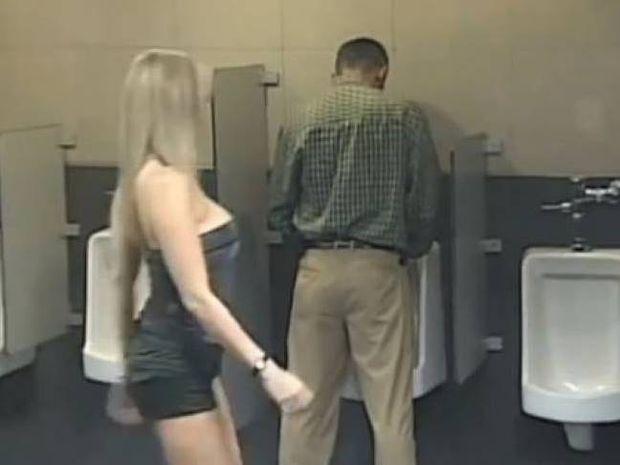 Τι γίνεται όταν μια γυναίκα μπαίνει σε λάθος τουαλέτα; (video)