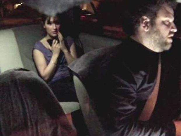 Βίντεο: Φάρσα σε ταξί προκαλεί τον απόλυτο τρόμο σε δύο κοπέλες
