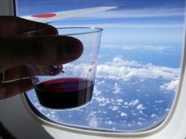 ΤΟ ΞΕΡΑΤΕ; Τι παθαίνει το κρασί στο αεροπλάνο;
