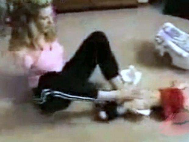 Απίστευτο! Μητέρα χωρίς χέρια αλλάζει πάνες στο παιδί της! (βίντεο)