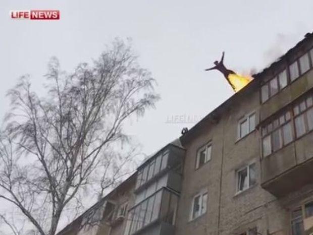ΑΠΙΘΑΝΟ VIDEO: Κασκαντέρ αυτοπυρπολείται και πέφτει από την ταράτσα πενταώροφου κτιρίου