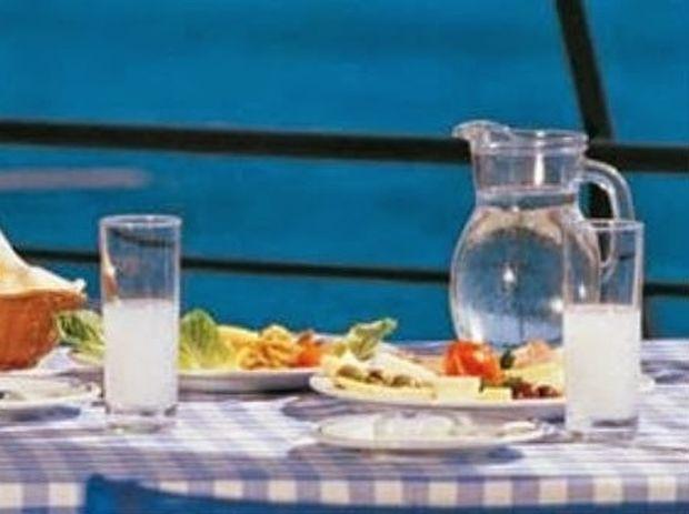 Το ήξερες; Γιατί το ούζο αλλάζει χρώμα μόλις του ρίξουμε νερό;