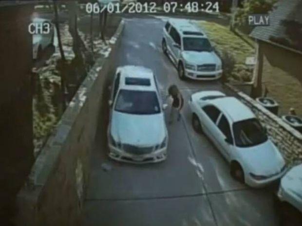 Βίντεο: Ξανθιά με Mercedes αγνοεί την ύπαρξη του... χειρόφρενου!