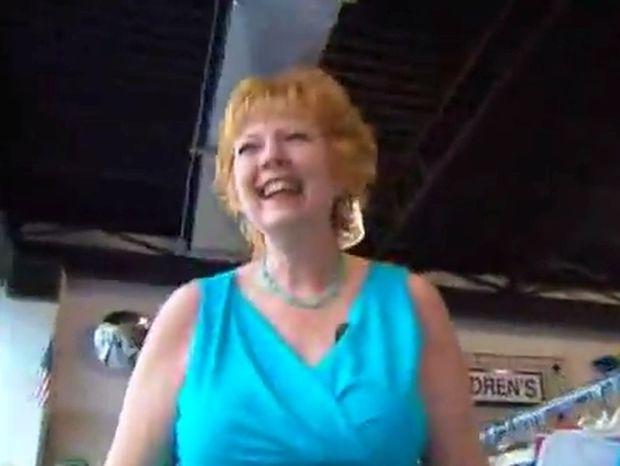Μην το χάσετε! Η γυναίκα με το πιο παράξενο γέλιο