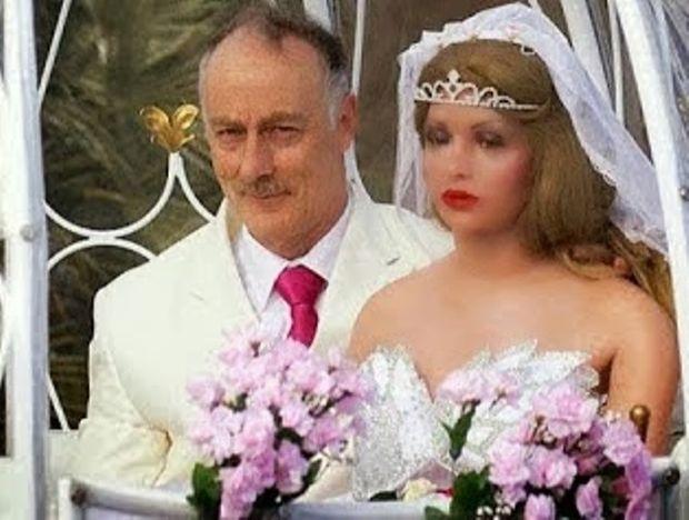 Άντρας παντρεύτηκε στα 55 του αλλά κάτι δεν πάει καλά με αυτή τη νύφη… (βίντεο)
