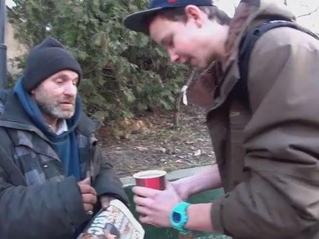 Πως αυτός ο άστεγος έγινε ευτυχισμένος; (βίντεο)