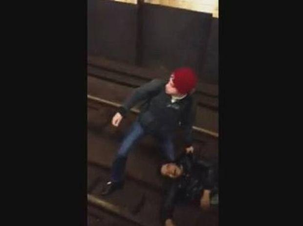 Νέα Υόρκη: Πέρασε από πάνω του το μετρό και... (video)