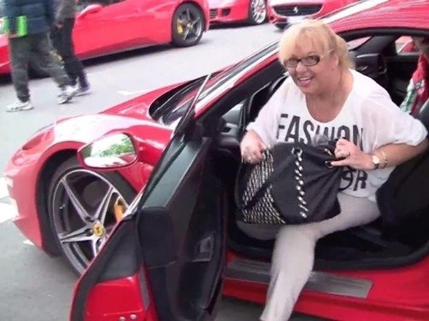 Δεν φαντάζεστε τι έγινε όταν έβαλε... την μητέρα του να οδηγήσει μια Ferrari!