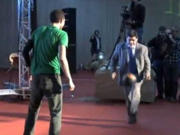 Ντιέγκο Μαραντόνα: Δεν... κάνει για freestyle football (video)
